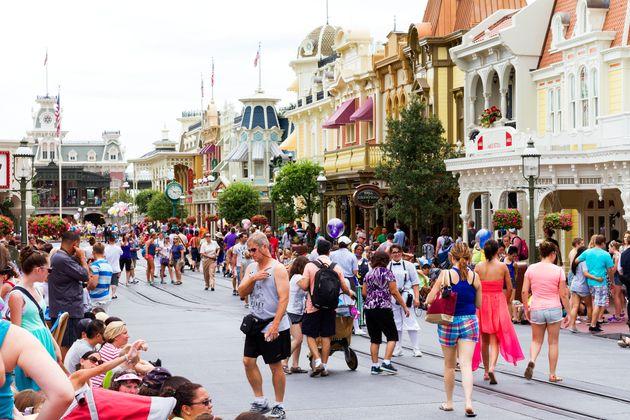 Σάλος με μητέρα στο facebook που ζητά οι ενήλικες χωρίς παιδιά να μην επιτρέπονται στην Disney