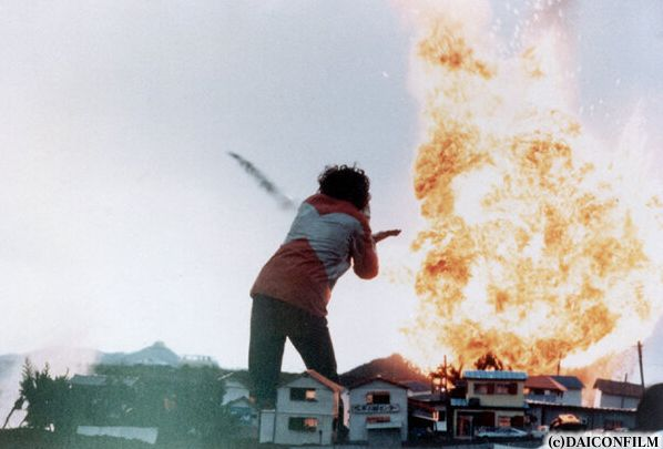 庵野さんがウルトラマンを演じた「帰ってきたウルトラマン マットアロー1号発進命令」の1シーン。「EVANGELION