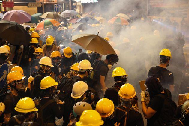 A vostro rischio e pericolo. Esercito cinese minaccia i manifestanti di Hong
