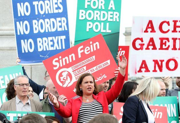 메리 루 맥도널드 신페인당 대표가 보리스 존슨 영국 총리와의 회담 직후 기자회견을 하고 있다. 벨파스트, 북아일랜드. 2019년