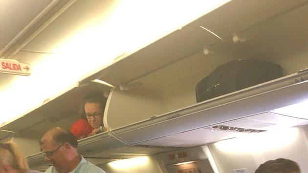Hostess si nasconde nella cappelliera durante l'imbarco e scatena le risate dei