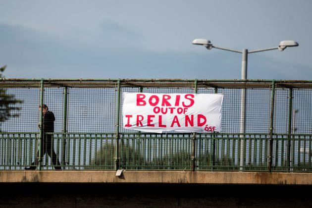 벨파스트 시내의 한 육교에 걸린 현수막. 보리스 존슨 총리는 취임 이후 스코틀랜드, 웨일스, 북아일랜드를 차례로 방문했다. 벨파스트, 북아일랜드. 2019년