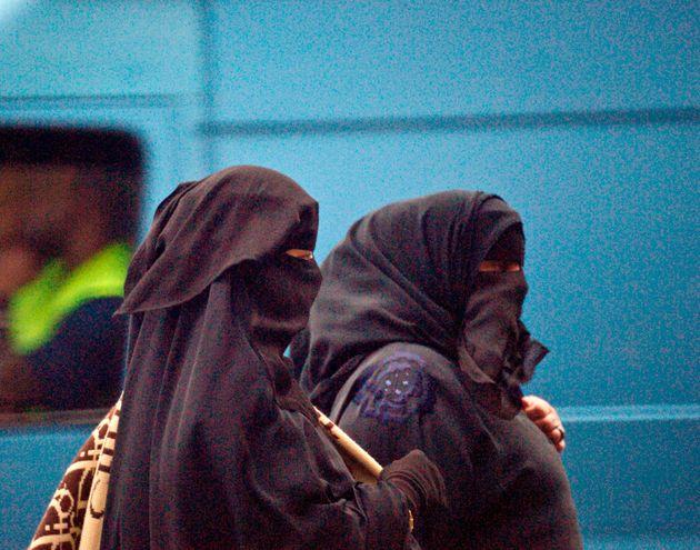 Σε ισχύ η απαγόρευση μπούργκας και νικάμπ σε σχολεία, ΜΜΜ και δημόσιους χώρους στην