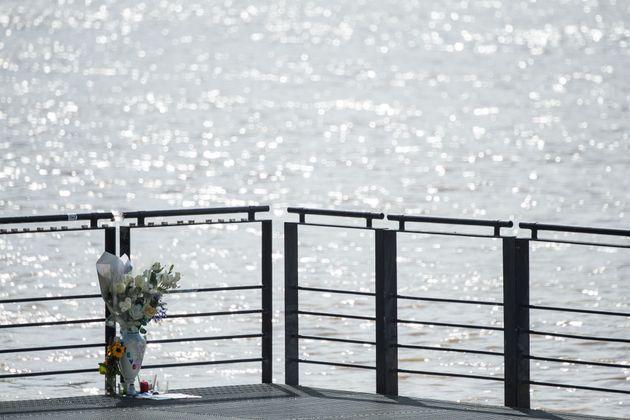 Des fleurs déposées à l'endroit où le corps de Steve Maia Caniço a...