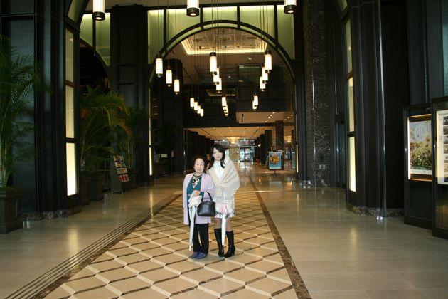 女子大の卒業式に上京してくれた祖母と、春から働く新丸ビルで。