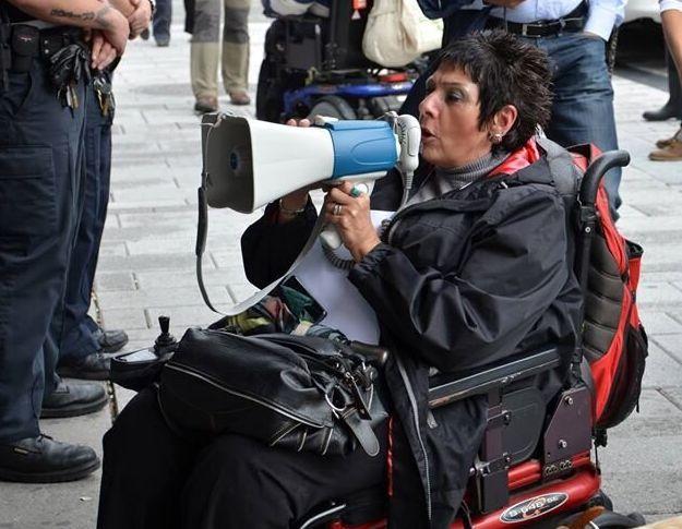 Linda travaille bénévolement à temps plein pour la reconnaissance et les droits des personnes handicapées.