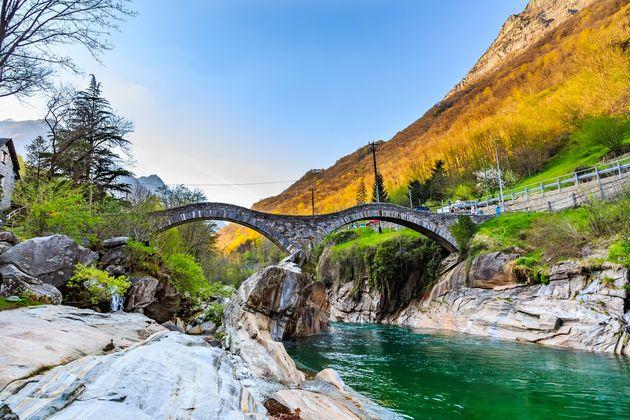 Αυτό το ποτάμι στην Ελβετία έχει τόσο καθαρά νερά που βλέπεις σε βάθος 10
