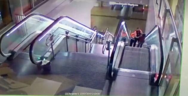 Dos vigilantes de seguridad agreden brutalmente a un hombre negro en una estación de
