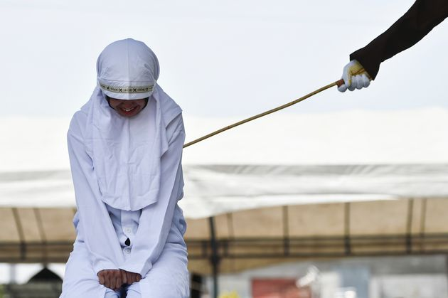 지난 1일 아체주의 주도 반다 아체에서 태형을 당하는