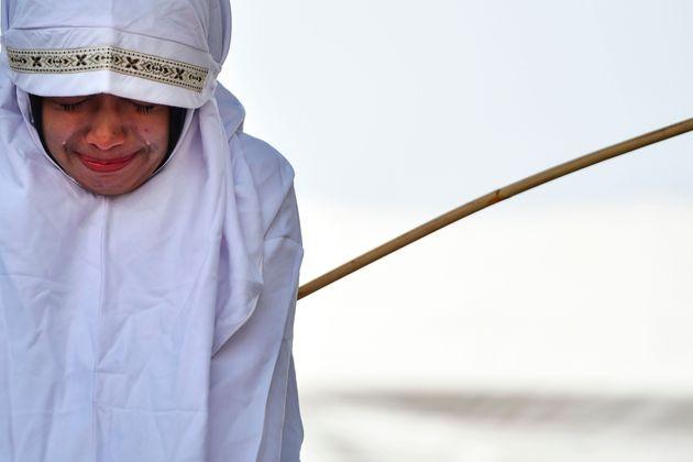 지난 1일 아체주의 주도 반다 아체에서 매질을 당하는 여성. 등나무 막대기로 등을 맞고 눈물을 보이고
