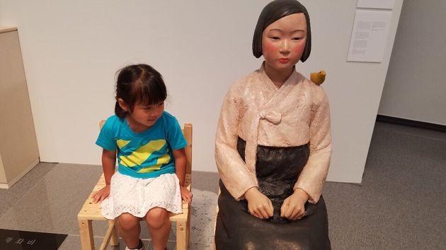 일본 국제예술제에서 '평화의 소녀상'의 손을 잡아 준 아이가