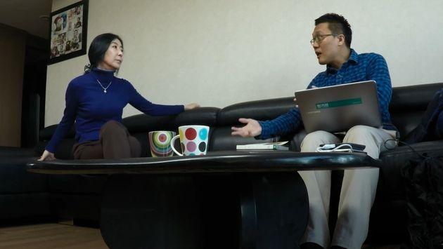 영화 '앨리스 죽이기'의 한 장면. 신은미씨(좌)와 허재현 기자(우)가 서울 모처에서인터뷰를 진행하고 있다. '지킬필름'