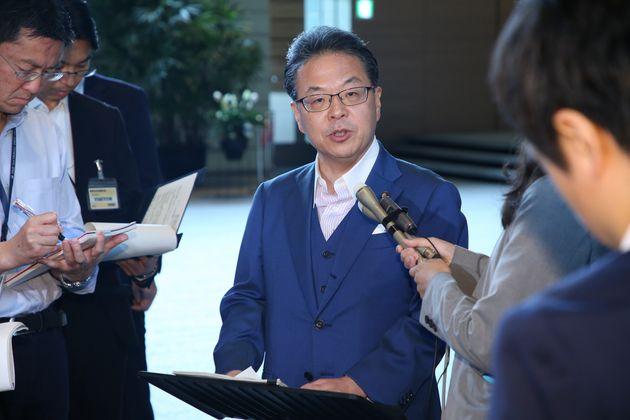 閣議後、報道陣の質問に答える世耕弘成経済産業相(中央)=7月16日、首相官邸
