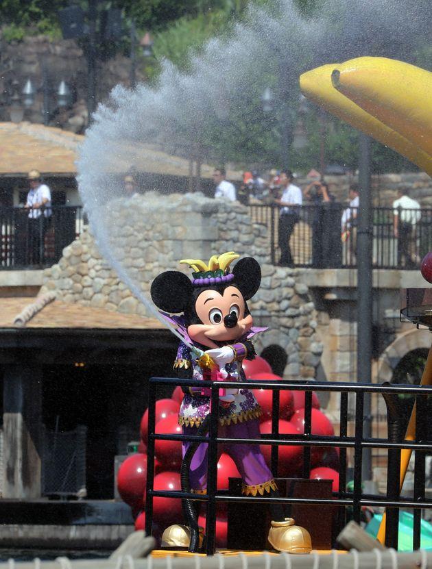 東京ディズニーシー「ミニーのトロピカルスプラッシュ」で水をまくミッキーマウス(撮影日=2016年08月03日)