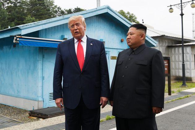 Donald Trump et Kim Jong Un lors de leur dernière rencontre sur la zone démilitarisée...