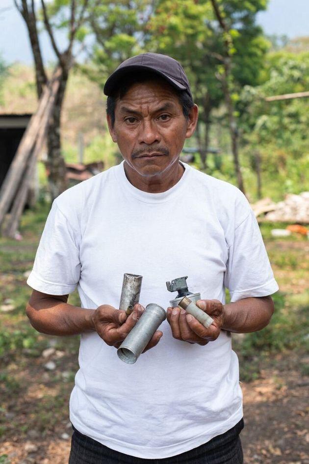호엘 라이문도 도밍고(55)가 2018년 10월에 열린 산 마테오 수력발전 프로젝트 반대 평화시위대에게 과테말라 정부군이 쏜 연막탄과 최루탄 등을 들어보이고