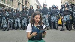 La giovane Olga legge la costituzione e diventa il simbolo delle proteste pacifiche contro