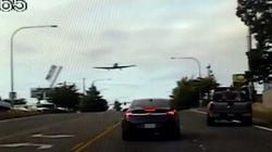 Βίντεο: Αεροπλάνο προσγειώνεται σε πολυσύχναστο δρόμο (και το σταματά η