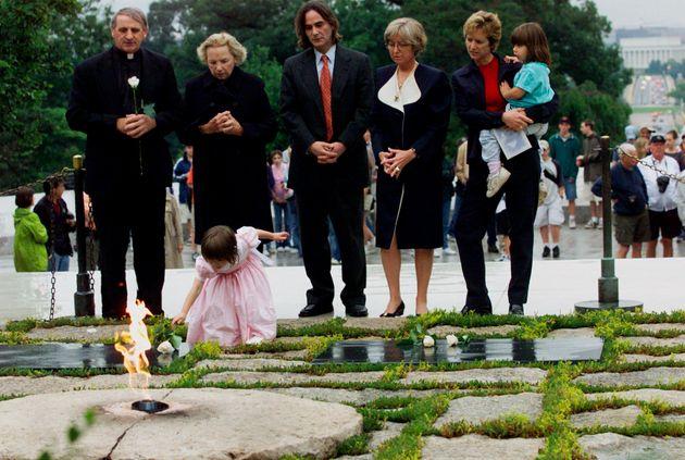 Saoirse Kennedy Hill enfant, pose une rose blanche sur la pierre tombale de son grand-pèreRobert...