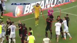 Bomba carta colpisce l'arbitro in campo. L'ambulanza lo soccorre