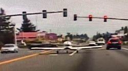 L'aereo atterra in strada. E il pilota rispetta il semaforo rosso tra le auto