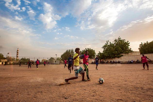 Au Soudan, jeunes et sportifs espèrent la révolution du ballon