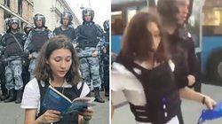 Il poliziotto la strattona, ma lei stringe la Costituzione. Il video dell'arresto della 17enne che sfida