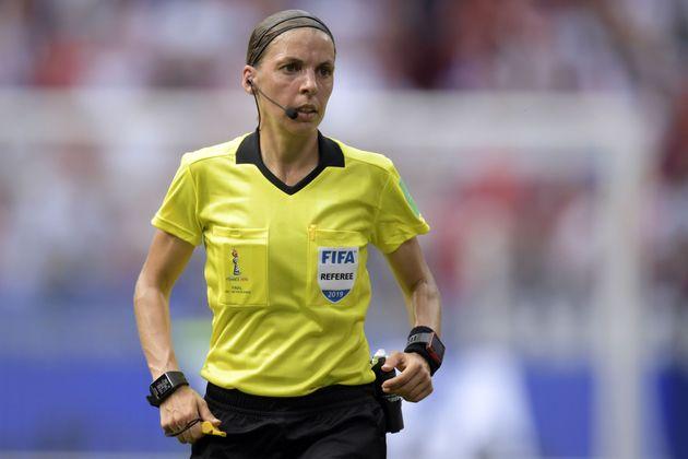 En quelques mois Stéphanie Frappart a découvert la Ligue 1 et officié lors de la...