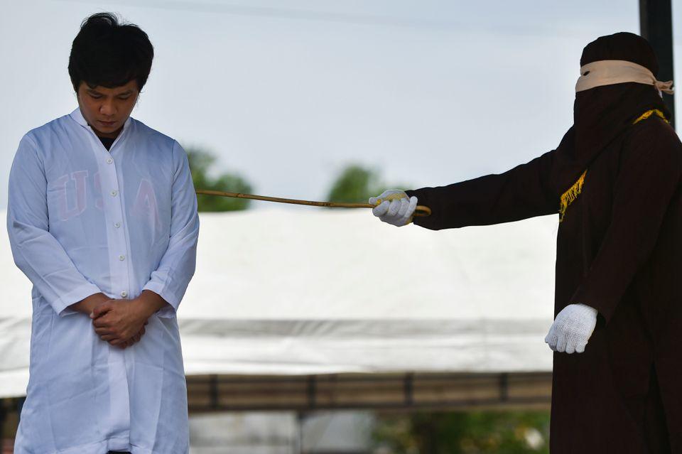 In Indonesia una ragazza di 22 anni riceve 100 frustate per aver fatto