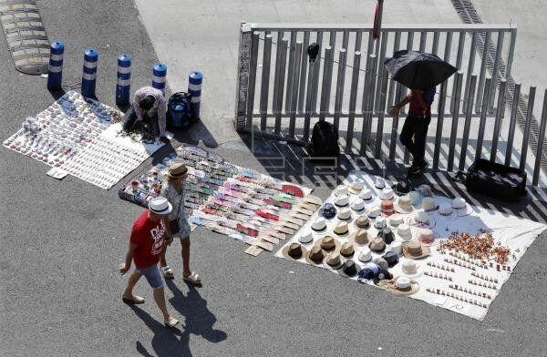 El ayuntamiento de Barcelona se reunirá con 'los manteros' para escuchar sus
