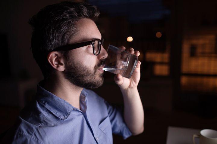 Beber água antes de dormir vai fazê-lo acordar no meio da noite com vontade de fazer xixi.