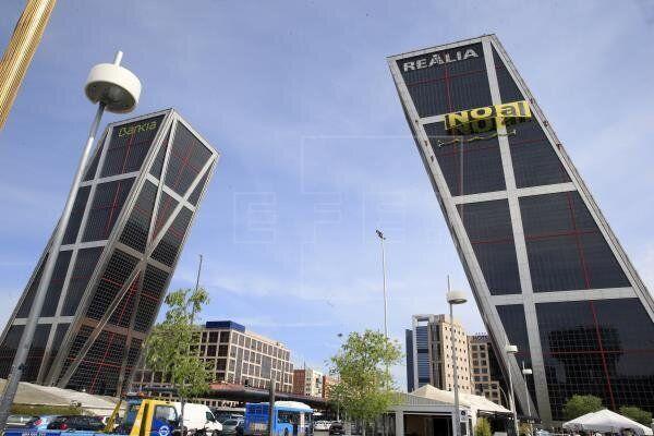 Desalojan una de las torres Kio por la caída de una góndola de limpieza desde 110 metros de
