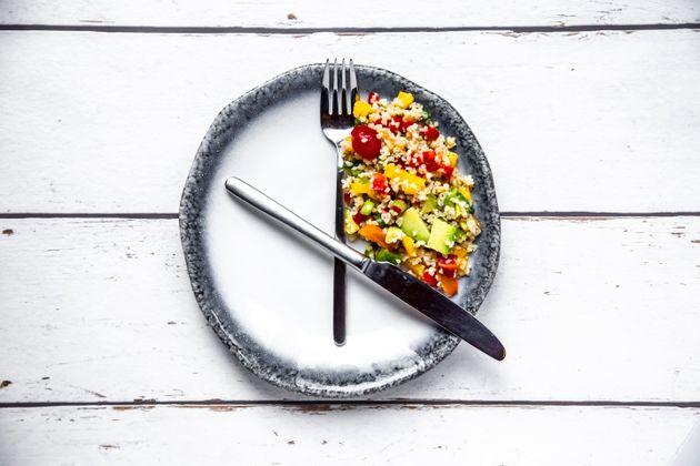 Limitar horário das refeições reduz apetite e contribui para perda de peso, diz