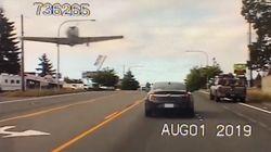 「生きてるって素晴らしい」飛行機が車道に不時着。パトカーの機転で無事(動画)