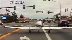 Piccolo aereo atterra in strada e si ferma al semaforo rosso tra le auto