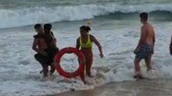 Una socorrista fuera de servicio salva la vida a un niño en una playa de