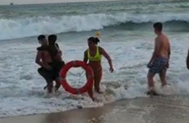 Imagen de la socorrista tras llegar a la orilla con el