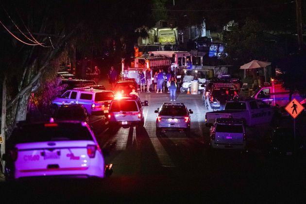 Des véhicules de police arrivent sur les lieux de l'enquête à la suite d'une fusillade...