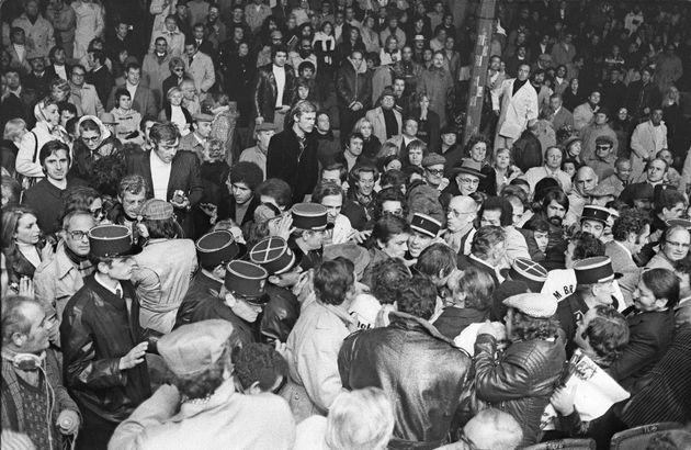 Alain Delon (au centre) et Jean-Paul Belmondo (sur la gauche) dans la foule de Roland-Garros, à...
