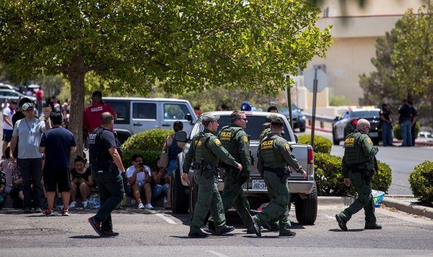 La police des frontières américaine intervient devant la galerie de Cielo Vista, à...