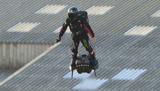 Ο «ιπτάμενος» Γάλλος Φράνκι Ζαπάτα κατάφερε να διασχίσει τη Μάγχη με