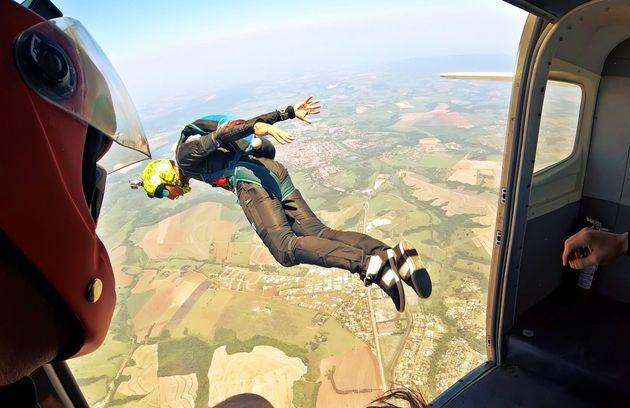 Si lancia dall'aereo ma il paracadute non si apre. 45enne muore in provincia di