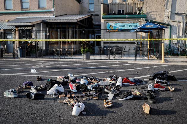Des chaussures sont entassées devant le lieu du tir, y compris le bar Ned Peppers, le dimanche...