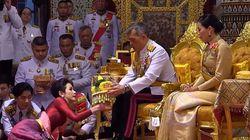 Θυμάστε τον βασιλιά της Ταϊλάνδης που παρουσίασε τη νέα του βασίλισσα; Τώρα το έκανε με την ερωμένη