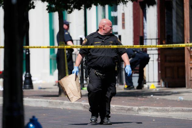미국 수사당국 관계자들이 사건 현장에서 증거를 수집하고 있다. 데이턴, 오하이오주. 2019년