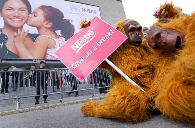 2010年4月15日、スイスのローザンヌで行われたネスレグループの株主総会の会場にて、パーム油問題に関連して環境保護団体が抗議活動を行った様子