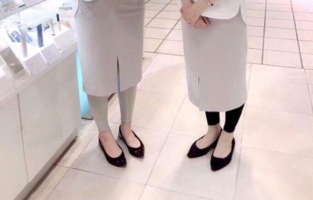 オルビスの販売スタッフの足元。ヒールなしのバレエシューズを着用している。