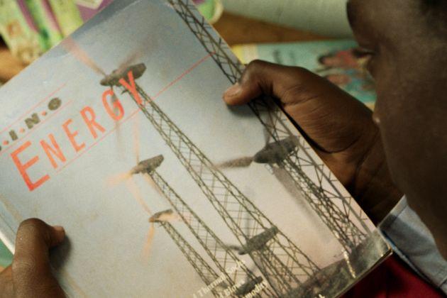 図書館でみつけた「エネルギーの利用」。この本が、ウィリアム少年と村の未来を変えることになる