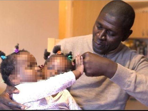 Il padre rifiuta l'intervento che avrebbe potuto salvare solo una delle gemelline siamesi. Così moriranno