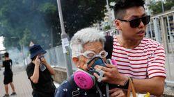 Gas lacrimogeni contro i manifestanti a Hong Kong. L'ex colonia bloccata dallo sciopero